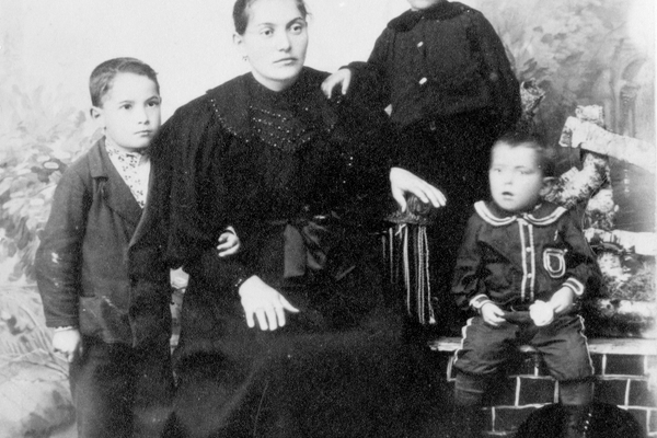David Sarnoff, 5, with mother Leah, and brothers Lew and Morris in Uzlian, Russia, 1896. (Courtesy Hagley Museum & Library)